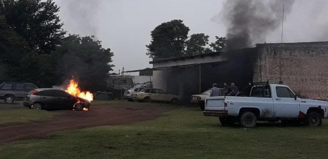 El vehiculo tomado por las llamas de fuego