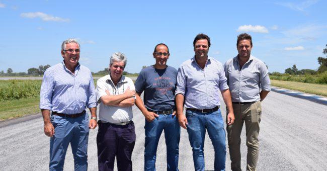Boufflet y Barroso junto a funcionarios e integrante del AutoMoto Club