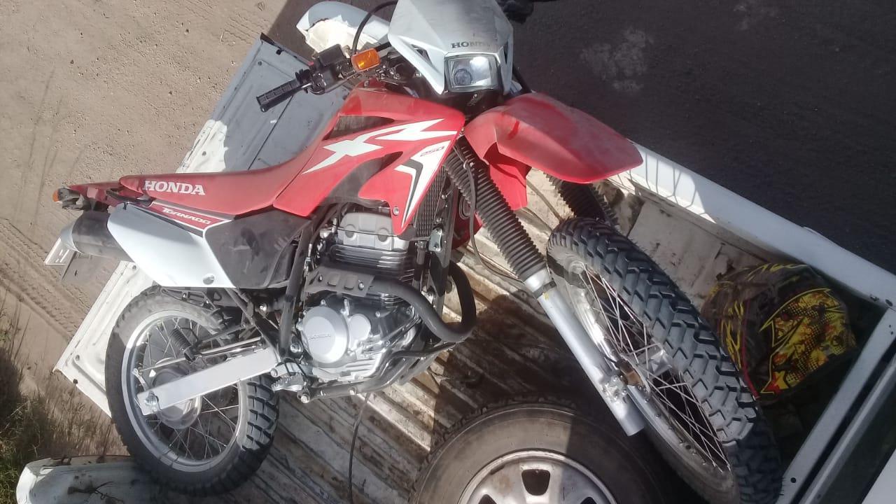 En un camino rural: Producto de un accidente en moto, un hombre fue derivado a un centro medico
