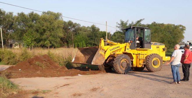 Uno de los acceso de tierra que da sobre ruta provincial 65 se cerraba esta tarde
