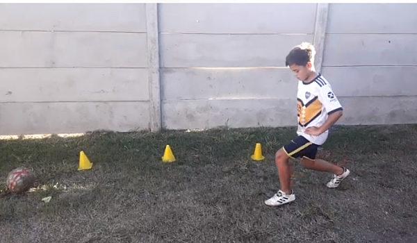 Intengrante del futbol infantil de San Martin llevando adelante una de las practicas instruidas