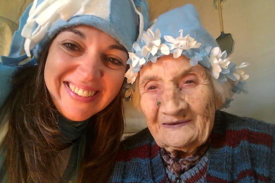 En 9 de Julio: Una vecina llevó a vivir a su casa a una mujer de 96 años y hoy juntas preparan barbijos
