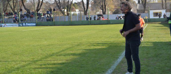 Omar Santorelli durante el ultimo torneo local dirigiendo a Once Tigres