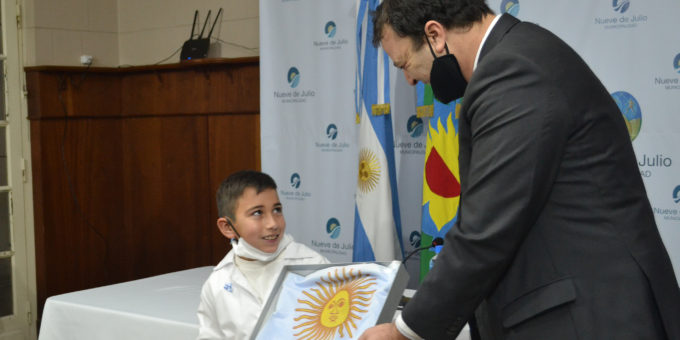 El intendente Barroso entrego un certificado y una bandera de regalo a Tadeo