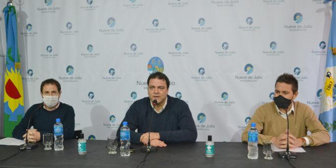 Intendente Mariano Barroso junto a sus funcionarios durante el anuncio de ingreso a fase 5