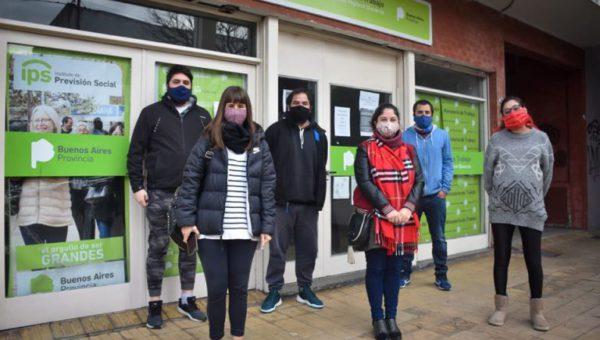 Los trabajadores de prensa en las afueras del Ministerio de Trabajo