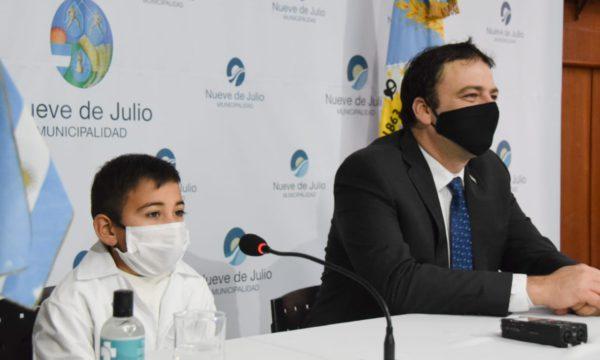 Tadeo Leguizamon con su microfono para expresar su Si Juro y que no fue