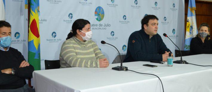 Integrantes del Comité de Crisis y el Intendente Barroso durante la conferencia brindada el lunes 6