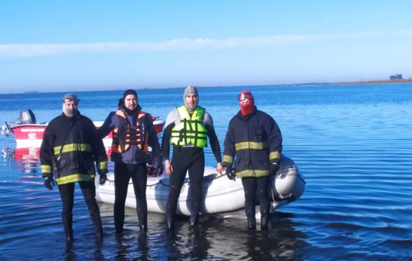 Los Bomberos Voluntarios de 9 de Julio Daniel Seijo,  Emanuel Contino,  Daniel Impinnisi y Cesar Gatti antes de ingresar al agua en la búsqueda del joven el pasado jueves 13