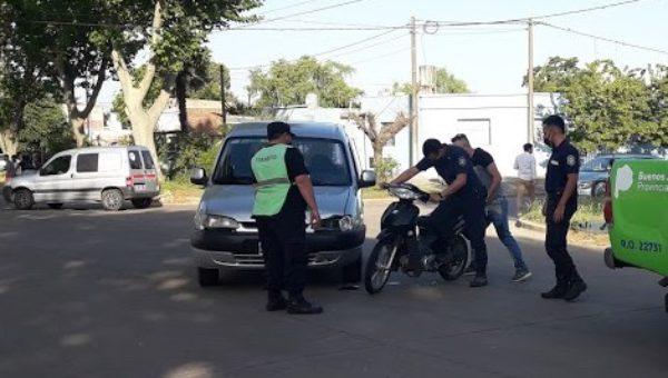 Efectivos de policia retirando la motocicleta del lugar