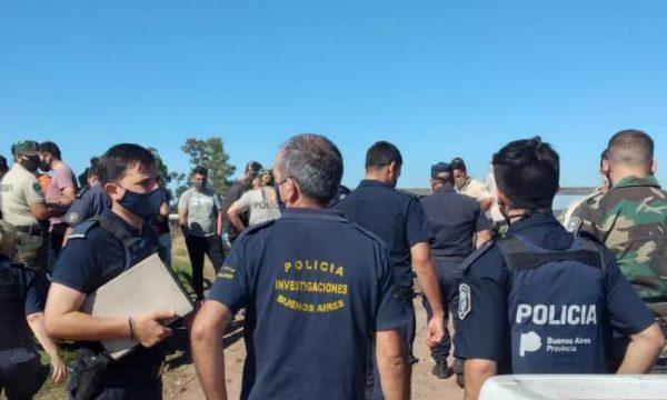 Efectivos policiales en el establecimiento rural – foto bragado informa