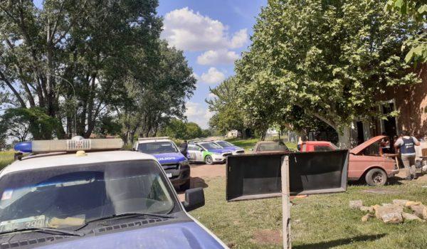 Efectivos policiales llevan adelante un allanamiento en 12 de Octubre