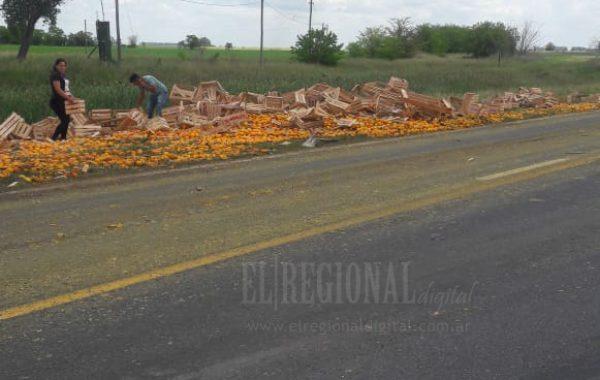 Gente llevando mandarinas y naranjas esparcidas por el lugar