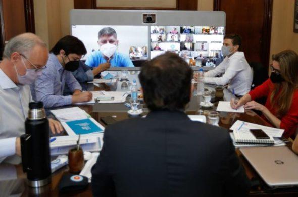 Kicillof reunido con su equipo de trabajo y via virtual con intendentes