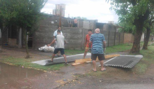 Una familia repara el techo de la vivienda tras la voladura del mismo