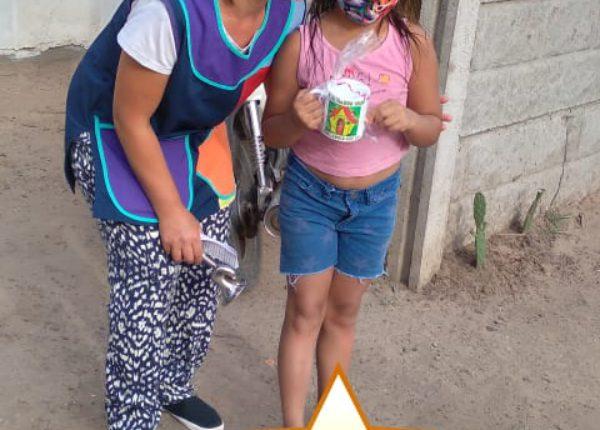 Una niñita de Pibelandia recibe su presente