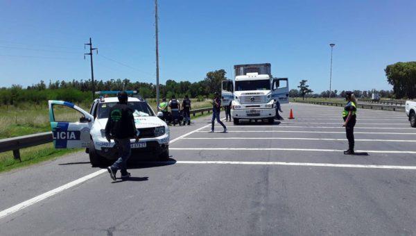 Momento en que Policia requisa el transporte