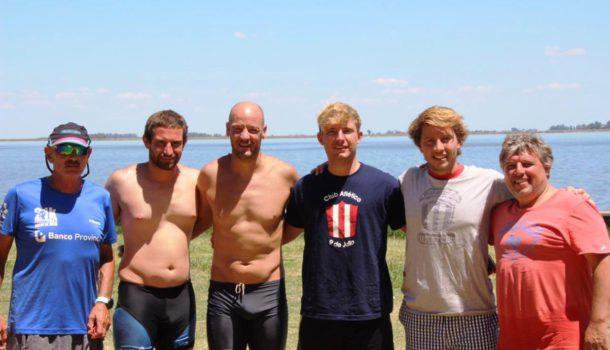Los nadadores nuevejulienses junto a Edgardo Beraza y Daniel Felipe