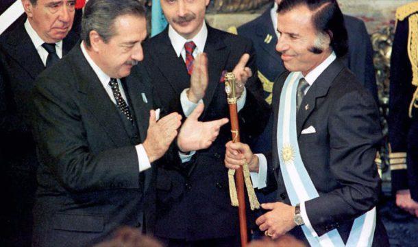 Recibiendo el mando de parte del ex presidente Raul Alfonsin