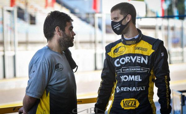 Tomas Cingolani en dialogo con un colaborador del equipo