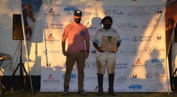 Tomas Tapia recibiendo el reconocimiento a su caballoresidad deportiva