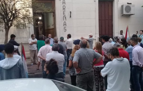 manifestantes frente a la emisora estatal