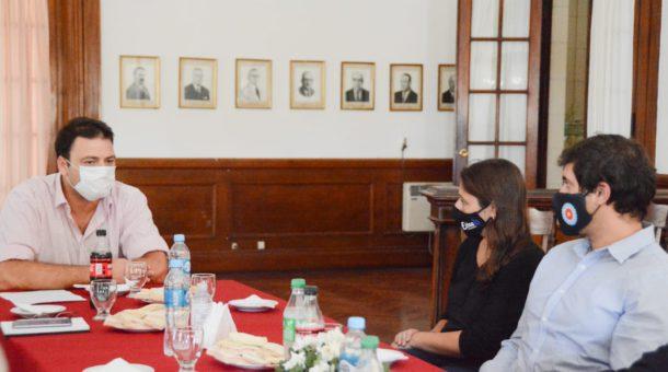 Mariano Barroso junto a los funcionarios provinciales